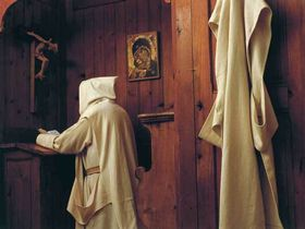 Pri-molitvi-v-celici-A(foto